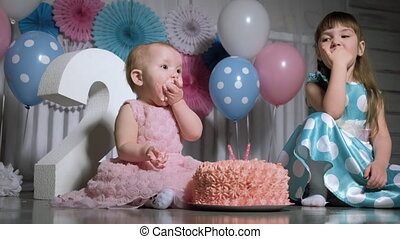 kids eating birthday cake