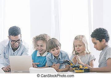 Kids in extracurricular stem club - Primary school genius ...