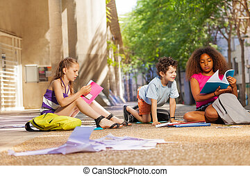 Kids prepare for the class reading books