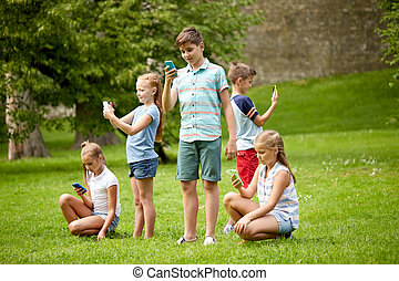 kids, with, smartphones, playing, игра, в, лето, парк