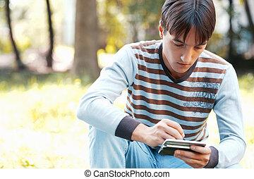 kieszeń, jego, komputer, młody mężczyzna