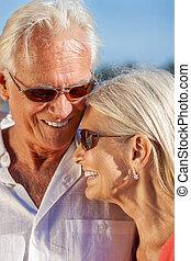 kifáraszt sunglasses, párosít külső rész, idősebb ember, mosolyog vidám