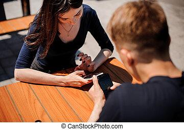kigge, deres, par, smart-phones