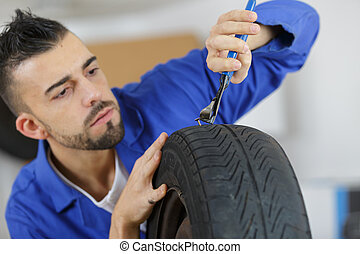 kijavítás, autógumi, ember