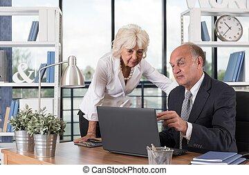 kijken naar, de, draagbare computer