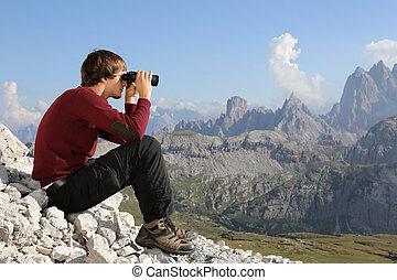 kijkend door verrekijkers, in, vallei, in de bergen