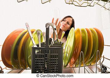 kijkend glas, afwasmachine, vrouw