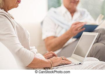 kijkende vrouw, op, draagbare computer
