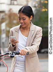 kijkende vrouw, op, mobiele telefoon