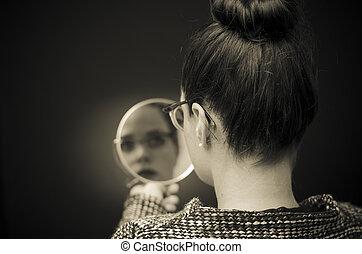 kijkende vrouw, op, zelf, reflectie, in, spiegel