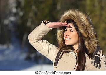 kijkende vrouw, voorwaarts, met, de, hand op voorhoofd, in, een, bos