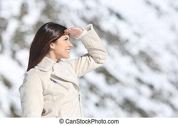 kijkende vrouw, voorwaarts, met, de, hand op voorhoofd, in, winter