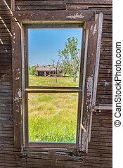 kilátás, át, a, ablak, közül, egy, elhagyatott, préri, farmház, külső, képben látható, egy, öreg, istálló, körülvett, által, magas fű