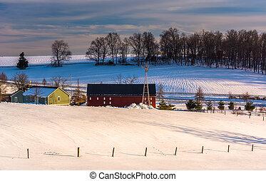 kilátás, közül, egy, istálló, és, snow-covered, dombok, alatt, vidéki, york, megye, pennsylvania.