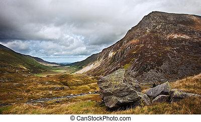 kilátás, mentén, nant, francon, hegy völgy, alatt, snowdonia...