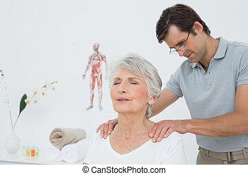 kinésithérapeute, épaules, femme, mâle aîné, masser