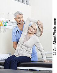 kinésithérapeute, femme, être, aidé, personne agee, bras, exercice