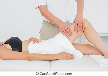 kinésithérapeute, femme, examiner, jeune, jambe