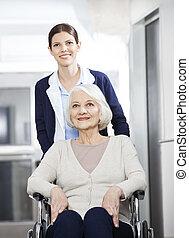 kinésithérapeute, femme, Fauteuil roulant, Pousser, femme, personne agee