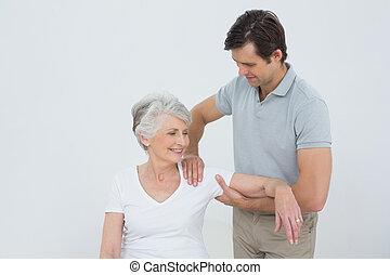 kinésithérapeute, femme, masser, bras, personne agee,...