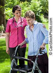 kinésithérapeute, femme, regarder, orthopédique, marcheur, utilisation
