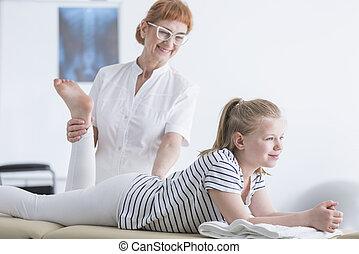 kinésithérapeute, fille, étirage jambe