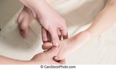 kinésithérapeute, gros plan, délassant, masage, masseur, lit, petit, guérison, enfant, pied, mâle, mensonge