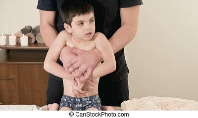 kinésithérapeute, masseur, salle, dos, étirage, dos, jeune enfant, petit, mâle, masage, thérapeutique