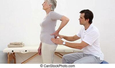kinésithérapeute, personne agee, toucher, patient