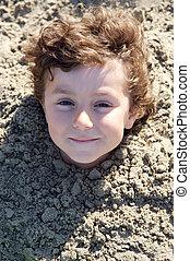kind, begraven, in het zand