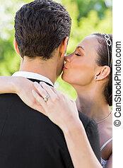 kind, brud, närbild, brudgum, kyssande
