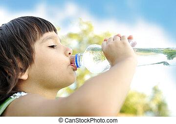 kind, drinkt, puur water, in, natuur