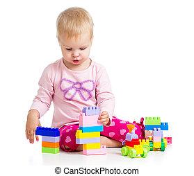 kind gespeel, met, kleurrijke, toys., vrijstaand, op wit, achtergrond