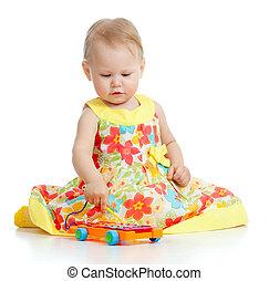 kind gespeel, met, muzikalisch, toys., vrijstaand, op wit, achtergrond