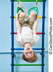 kind jongen, hangend, gymnastic ringen