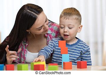 kind jongen, samen, met, moeder het spelen, speelgoed