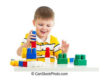 kind jongen, spelend, gebouw stel, speelbal