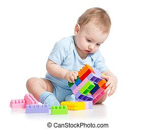 kind jongen, spelend, met, blok, speelbal, op, witte achtergrond