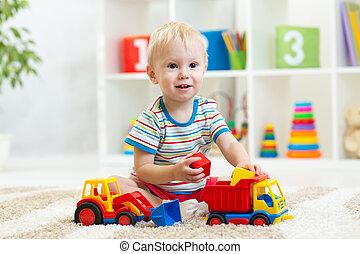 kind jongen, spelend, met, speelgoedauto