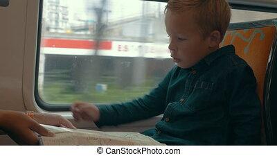 kind, kijken naar, kaart, in, de, trein