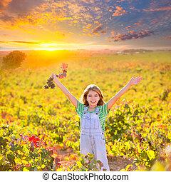kind, m�dchen, in, glücklich, herbst, weinberg, feld, offenen armen, mit, rotes blatt, trauben, bündel, in, hand