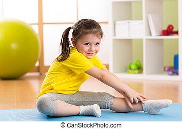 kind, machen, fitness, übungen, in, baumschule