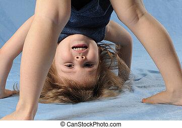 kind, meisje, ondersteboven