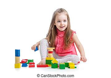 kind, meisje, spelend, met, blok, speelgoed, op, witte achtergrond