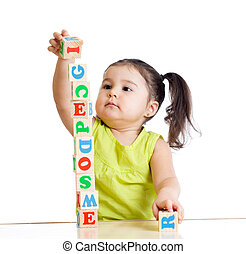 kind, meisje, spelend, met, blok, speelgoed