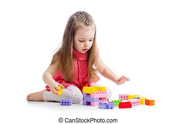 kind, meisje, spelend, met, gebouw stel, op, witte achtergrond