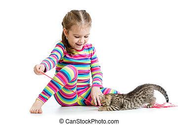 kind, meisje, spelend, met, katje, vrijstaand, op wit, achtergrond