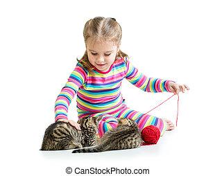 kind, meisje, spelend, met, katjes, vrijstaand, op wit, achtergrond