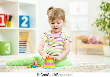kind, meisje, spelend, met, kleurrijke, gebouw stel