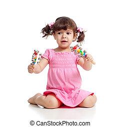 kind, meisje, spelend, met, muzikalisch, toys., vrijstaand, op wit, achtergrond